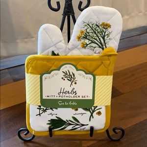 """""""Herbs"""" Mitt and Potholder Set by Sur La Table."""